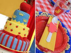 Snow White Birthday Party - love the apple on top of the cake Princess Birthday, Princess Party, Girl Birthday, 3rd Birthday Cakes, 1st Birthday Parties, Birthday Ideas, Snow White Cake, Snow White Birthday, White Cakes