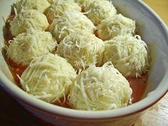 * 4 cartofi medii * 50 g unt * 50 g telemea * 1 ou * 2 linguri faina * sare si piper * Pentru sos: * 1 cana suc de rosii * 1 ceapa mica * 3 catei usturoi * sare si piper * oregano * 100 g cascaval … Potato Recipes, Vegetable Recipes, Cooking Recipes, Healthy Recipes, Easy Recipes, Romanian Food, Special Recipes, Healthy Smoothies, Side Dishes