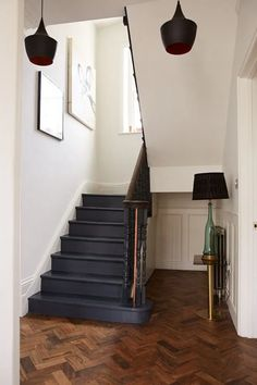 Dark blue painted wooden stairs and parquet floor painting wooden stairs, black painted stairs, Black Stairs, Black Painted Stairs, Painted Stair Risers, Painted Steps, Flur Design, Design Design, Painted Staircases, Hallway Inspiration, Design Inspiration