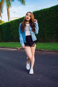 Look do Dia - jaqueta jeans + tshirt rosa + short preto com renda e tênis branco #lookdodia #ootd #fashionista #jeans #street #tumblr #jacket #girl
