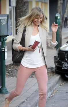 like the rose colored jeans Spring Outfits Women, Fall Outfits For Work, Casual Winter Outfits, Summer Outfits, Casual Attire, Pink Pants Outfit, Colored Pants Outfits, Colored Skinny Jeans, Colored Denim