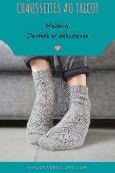 Les chaussettes Hedera se tricotent de la point vers la cheville. Sur le dessus du pied on retrouve un délicat motif de dentelle qui se poursuit sur la cheville. Le talon est tricoté en rangs raccourcis. Les explications sont disponible sur Ravelry et maloraedesigns.com. #tricot #tricotchaussette #chaussette #knit #socksknitting