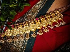 Stunning Temple Jewellery Pieces to Effortlessly Amp Up Your Bridal Look South Indian Bride Jewellery, Gold Temple Jewellery, Bridal Jewellery, Indian Jewelry, Wedding Jewelry, Pearl Necklace Designs, Pearl Jewelry, Beaded Jewelry, Jewelery