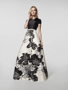 Auf der Suche nach einem Abendkleid? Langes Kleid mit buntem Muster (Modell GLOBAL) und Carré-Ausschnitt vorne sowie quadratischem Rückenausschnitt. Kleid in A-Linie mit kurzen Ärmeln (Mikado)