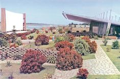 Cine Flamingo's name is derived from its location, an area teeming with flamingos that come there to feed on mollusks and it was chosen by a public competition on the radio. Built in 1963, Lobito, Benguela (Angola)