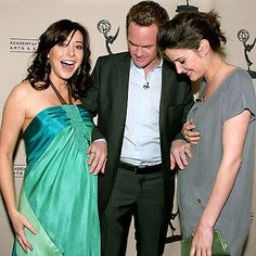 Alyson Hannigan, Neil Patrick Harris & Cobie Smulders How I Met Your Mother How I Met Your Mother, Alyson Hannigan, Celebrity Dads, Celebrity Photos, Barney And Robin, Ted Mosby, Neil Patrick Harris, Cobie Smulders, Himym