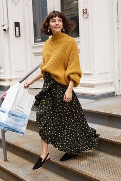 In The City: & Other Stories Spotlights NYC Styles & Other Stories Chunky Knit Sweater, Ruffle Wrap Maxi Skirt and Pointed Slingback Flats Mode Outfits, Skirt Outfits, Fall Outfits, City Outfits, Look Street Style, Street Styles, Elegantes Outfit, Nyc Fashion, Style Fashion