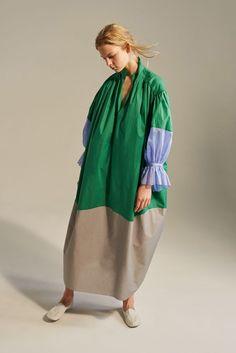 See all the Collection photos from Vika Gazinskaya Spring/Summer 2017 Ready-To-Wear now on British Vogue Abaya Fashion, Modest Fashion, Boho Fashion, High Fashion, Fashion Show, Fashion Dresses, Womens Fashion, Fashion Design, Fashion Poses