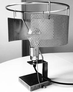 Lámpara de mesa Toma de Elmar Thome es un diseño atemporal. Las pantallas se pueden mover para ajustar la luz que proporciona la lámpara.