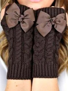 Fingerless mittens: could add bows to other patterns: Как связать митенки… Fingerless Gloves Knitted, Crochet Gloves, Knit Crochet, Knitting Projects, Knitting Patterns, Crochet Patterns, Creation Couture, Wrist Warmers, Diy Clothes