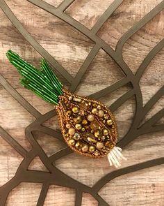 Лук, чеснок-бери впрок . Стоимость : 1.800 руб . Листайте . #jo_jewelrys #брошь #лук #своимируками #сделано_с_любовью #красиво #Россия #брошьлук #мода #будьвтренде #amore #cipollo #мастеркласс #handmade #брошьперец #брошьизбисера