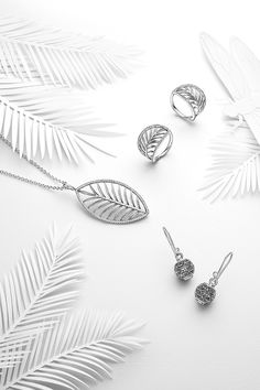 The detailed palm leaf set in sterling silver is framed by a delicate line of shimmering hand-set stones. The statement ring and necklace are great to achieve a stunning boho-chic look. #PANDORA #PANDORAnecklace #PANDORAring #PANDORAearrings