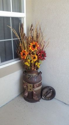 Fall decor Home Floral Arrangements Milk Can Decor, Painted Milk Cans, Fall Flower Arrangements, Halloween Floral Arrangements, Old Milk Cans, Diy Home Decor For Apartments, Fall Planters, Home And Deco, Fall Home Decor