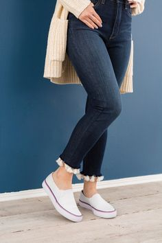 Solve your petite-girl problems with this frayed denim with a tassel trim style hack.Pom Pom cuff on denim jeans Handmade Clothes, Diy Clothes, Denim Fashion, Fashion Pants, Jeans Refashion, Diy Jeans, Jeans Pants, Vetement Fashion, Embellished Jeans