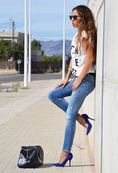 Blue pointed toe pumps high heels and jeans. 30 Street style- Fashion inspiration | C$