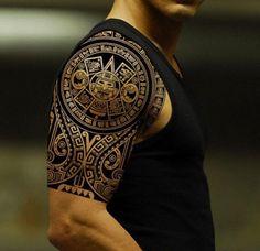 tatouage polynesien maori sur epaule et bras