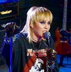 Hannah Montana, Miley Cyrus Hair, Mullet Hairstyle, Famous Girls, Girl Short Hair, Cute Beauty, Show, Pretty Hairstyles, Celebrity Crush