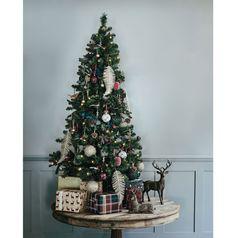 Inšpirácie na vianočný stromček: Malý stromček pos... | DOMA.SK Christmas Tree, Holiday Decor, Home Decor, Fir Tree, Noel, Teal Christmas Tree, Decoration Home, Room Decor, Xmas Trees