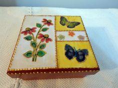 Caixa em madeira MDF, decorado com tinta em relevo. http://www.elo7.com.br/caixa-flores-e-borboletas/dp/3611C1