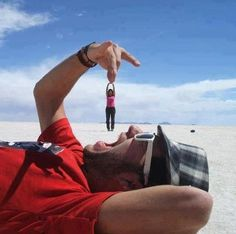40 Forced Perspective Photographs around the world - Illusion Photography Illusion Photography, Photography Photos, Creative Photography, Amazing Photography, Funny Photography, Photography Services, Beach Photography, Photography Women, Photography Tutorials