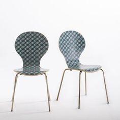 Lot de 2 chaises imprimé/chêne, pieds cuivre Elori. Séjour, salle à manger ou cuisine, la chaise imprimé/cuivre Elori ne se cache plus : seule, isolée ou elle clame haut et fort son appartenance à une élégance actuelle bien déterminée.Description des chaises Elori :Intérieur de la chaise : assise et dossier imprimé petits motifs géométriques (papier mélaminé).Dos entièrement replaqué chêne, finition vernis polyuréthanne.Piètement coloris cuivre.Caractéristiques des chaises Elori :As...