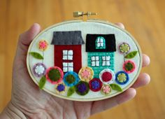 cute houses and flowers in hoop - maybe could do a schoolhouse? Embroidery Works, Free Motion Embroidery, Embroidery Hoop Art, Wool Applique Patterns, Felt Applique, Fuzzy Felt, Wool Felt, Felt House, Felt Gifts