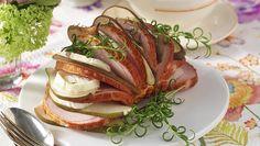 Lägg kasslern på grillen – gott ihop med söta päron och krämig chèvreost. Som ett konstverk vecklar den upp sig med ost och frukt instuckna mellan skivorna. Läckert och lättlagat! Pork, Meat, Kale Stir Fry, Pigs