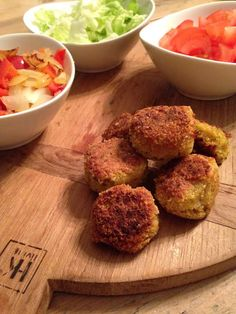 Voor de mensen die niet weten wat falafel is. Falafel zijn balletjes gemaakt van kikkererwten met verschillende kruiden die vaak gefrituurd worden. Falafel komt oorspronkelijk uit Egypte daar diend...