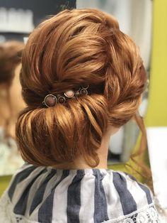 ... heiratet standesamtlich. Die Haare trägt sie im Nacken als Knoten, Hinterkopf locker u die Seiten interessant gedreht Fashion, Knot, Getting Married, Hair Styles, Moda, La Mode, Fasion, Fashion Models, Trendy Fashion