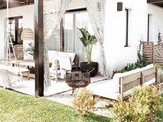 """969 Me gusta, 61 comentarios - BELGIKA HOME DESIGN (@belgikahome) en Instagram: """"El Fogón 💕 El otro día que subí el post de la parte de living de la galería, me escribieron mucho…"""" Clawfoot Bathtub, Oversized Mirror, New Homes, Patio, Board, Outdoor Decor, House, Furniture, Instagram"""