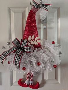 Easy Crafts Ideas at Home Here are some of the most beautiful DIY projects you can try for your self at home If you enjoyed this DIY room dec. Elf Christmas Decorations, Whimsical Christmas, Christmas Hat, Holiday Wreaths, Christmas Crafts, Christmas Porch, Christmas Ideas, Winter Wreaths, Christmas Patterns