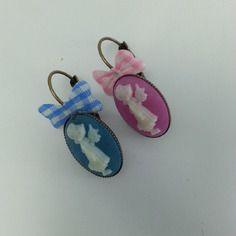 Boucles d'oreilles dormeuses  ovales sur métal cuivre, enfantines, bleu et rose dissociées ,cabochon ovale en résine , une