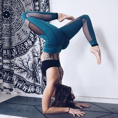 Cat Meffan wears the high-stretch, reversible yoga leggings.