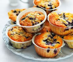 Supergoda blåbärsmuffins med härligt krispiga spån av mandel. Häll bara ner din smet i muffinsformar före du tillsätter de söta blåbären och gräddar i ugn. Servera de härliga, amerikanska blåbärsmuffinsen avsvalnade.