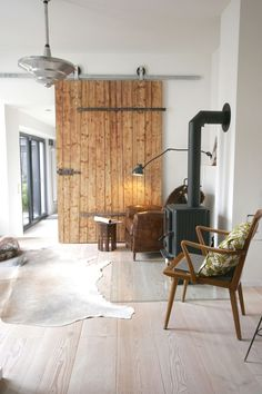 Old stable door becomes a sliding door - Our home - Indusrtial Design Rustic Shed, Old Barn Doors, Roller Doors, Bathroom Doors, Building A Shed, Interior Barn Doors, Furniture Plans, Sliding Doors, Home And Living