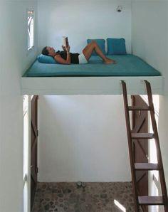 A cama suspensa, projetada numa área bem ventilada, foi pensada pelo arquite. Small Room Design, Home Room Design, Tiny House Design, Loft Room, Bedroom Loft, Diy Home Decor Bedroom, Room Ideas Bedroom, Mezzanine Bed, Studio Decor