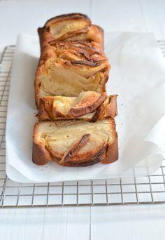 Appel Kaneelcake  ( 1 cake 23 cm )  * 200 gr zachte roomboter  * 150 gr suiker  * 4 eieren  * 200 gr zelfrijzend bakmeel  * 2 appels  * 2 tl kaneel + een beetje extra  * Snuf zout -- http://uitpaulineskeuken.nl/2014/10/appel-kaneelcake.html