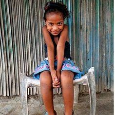 """¿Sabias que cada año 62 millones de niñas no van a la escuela? La abandonan en muchos casos para cuidar a sus hermanos y ayudar en tareas domésticas.    Muchas veces trab  ajan en condiciones de semi-esclavitud y muchas de ellas lo hacen en trabajos peligrosos para su salud física y mental.    ¿Y por qué? Solo por ser niñas.    Colabora con nosotros con la campaña """"Por ser niñas"""". Infórmate pinchando en la imagen o en: http://www.yosolonopuedo.com/apadrinar-una-nina"""
