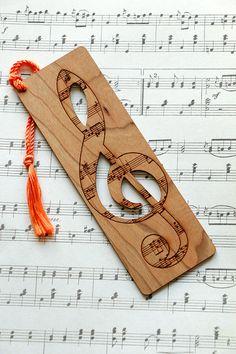 Este marcador hermoso en forma de una clave de sol con corte de acento salidas hará el regalo perfecto para cualquier amante de la música. Hecho de una pieza sólida de madera de cerezo y acabado en varias capas de aceite danés para proporcionar años de uso. Cada marcador es