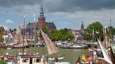 Der Hafen in der Altstadt von Leer mit tollem Blick auf das Rathaus und dem Kirchturm der Großen Kirche.