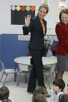 La feliz 'vuelta al cole' de la infanta Elena.Recorrió las instalaciones del centro escolar Tres Olivos, en el que cursan estudios alumnos sordos y oyentes en un entorno normalizado de enseñanza