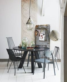 Black round table, different chairs and an industrial lamp | Styling @fietjebruijn | Photographer Dennis Brandsma | vtwonen April 2015