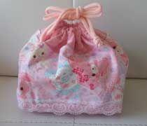 *  お弁当袋の作り方 * 幼稚園でも小学校でも使えるように少し大きめサイズのお弁当袋の作り方です。 裏地つきなので、ミシンでも手縫いでも作ることが出来ます。 特に幼稚園児の場合は、 お箸&スプーンセットの入れ物が大きい Blog Entry, Drawstring Backpack, Bags, Coin Purses, Handbags, Bag, Totes, Hand Bags