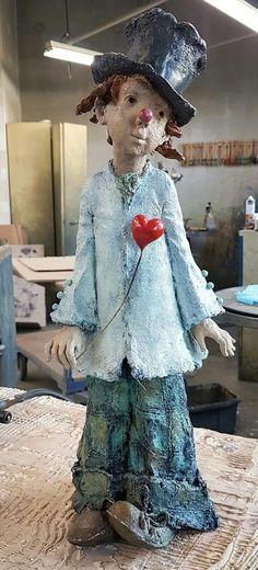 DIY: Transforming Flowerpots into Birdhouses / Feeders Paper Clay, Clay Art, Paper Art, Ceramica Artistica Ideas, Clowns, Paper Mache Sculpture, Paper Mache Crafts, Ceramic Art, New Art