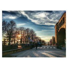 No me canso de fotografiar #Ávila y sus calles.  #Spain #estaes_avila #estaes_castillaleon #estaes_espania #photooftheday #colorday #sunset #squaredroid #streetphotography #picture #sky #clouds #love #street #hdr #cristinatiad