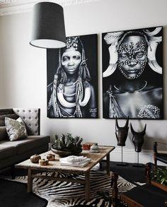 salon ethnique chic de style africain qui associe le noir et le blanc d'une manière élégante, une galerie murale avec posters imprimés à motif ethnique