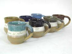 Caneca em cerâmica, feita especialmente para o Dia dos Professores. <br>Pode ser feita em diversas cores e personalizada com nomes ou frases. <br>Capacidade para 300 ml. <br> <br>Pode ser usada em lava-louças e micro-ondas.