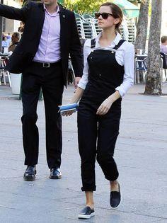 Emma Watson... Hermione a bien grandi. J'adore son style, son naturel. La chemise avec la salopette retroussée, le tout souligné par des slip ons => à piquer!!!!