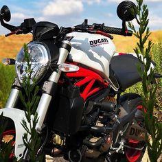 La imagen puede contener: moto y exterior Honda Motorcycles, Vintage Motorcycles, Womens Motorcycle Helmets, Motorcycle Girls, Ducati 821, Indian Scout Bike, Ducati Monster 821, Monster Garage, Ducati Hypermotard
