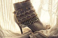 Boot Bracelet Mais uma das botas customizadas,... | recollection lab.